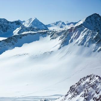 Зимний пейзаж, панорама горнолыжного курорта с горнолыжными трассами. альпы. австрия. питцлер глетчер. wildspitzbahn