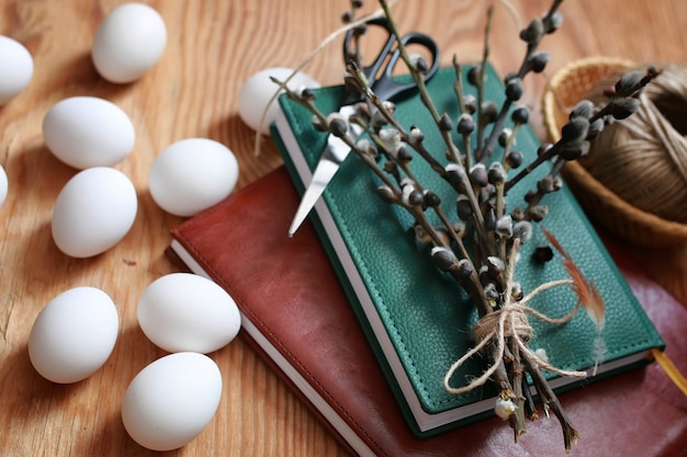 나무 배경에 버드나무와 달걀
