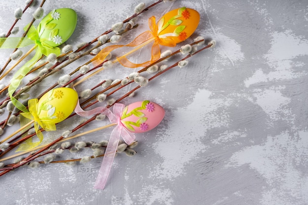 다채로운 계란 부활절 장식으로 부드러운 솜털 은빛 버드 나무 가지