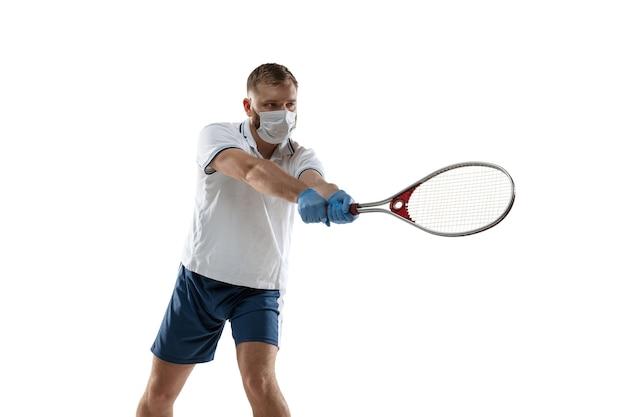 승리는 질병을 지적합니다. 보호 마스크, 장갑의 남성 테니스 선수.