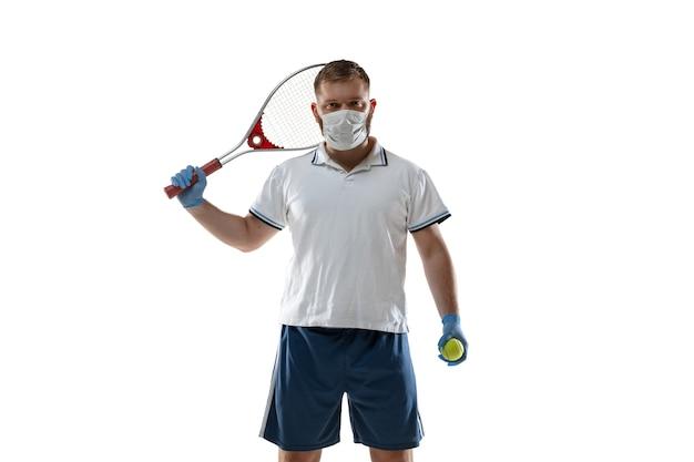 病気を勝ち取る。保護マスク、手袋を着用した男性テニスプレーヤー。