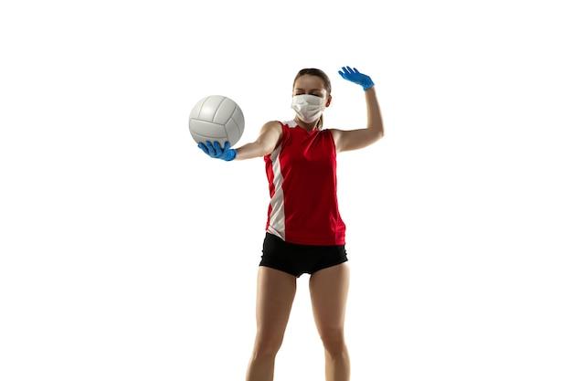 질병을 이겨내십시오. 보호 마스크와 장갑을 끼고 있는 배구 선수.