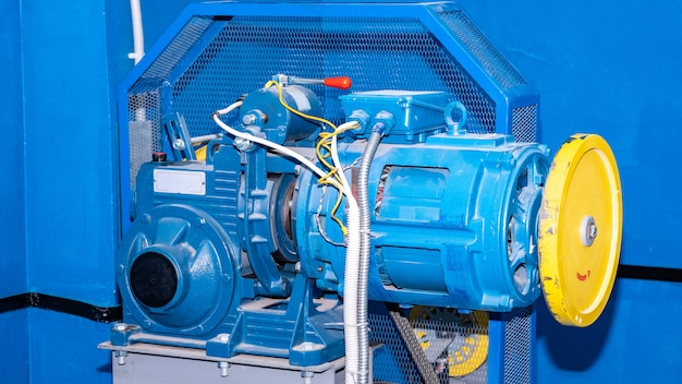 Winch with gear and motor elevator for residential building