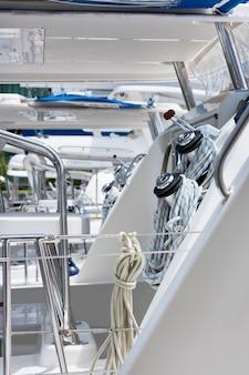 ウインチとロープ、セーリングヨットの詳細。縦ショット