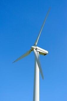 푸른 하늘 배경에 초원에 풍력 발전기. 전기의 대체 소스. 맑은 날.