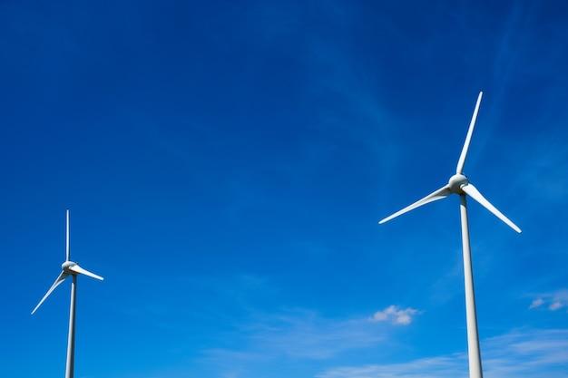 하늘에 풍력 발전기 터빈