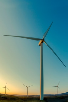 夜明けの山の風車。風力エネルギー。