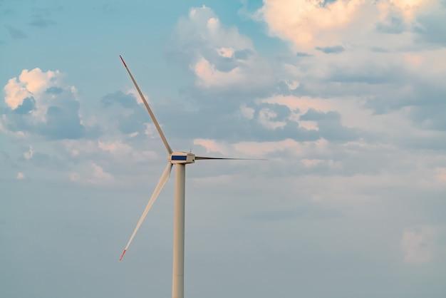 Генератор энергии ветра на фоне неба