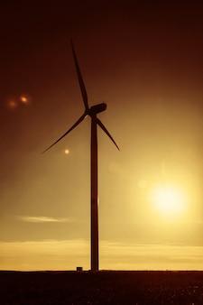 해질녘 풍력 발전소 터빈 실루엣