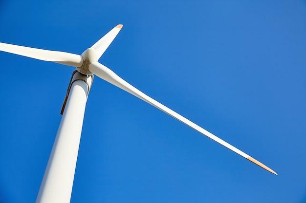 Ветровая турбина против голубого неба