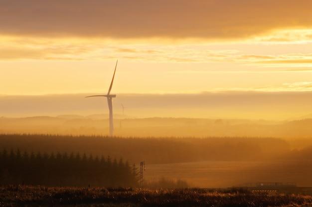 日没時の田舎の風力タービン。ウェストロージアン、スコットランド、イギリス