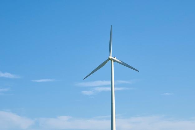 青い空を背景にした風力タービン。風力エネルギーの概念。気候保護のための再生可能エネルギー