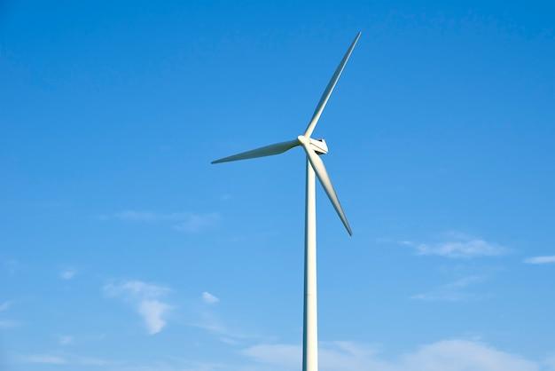 Ветряк против голубого неба. концепция энергии ветра