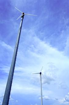 青空の風力タービンと雲