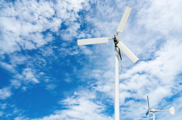 푸른 하늘에 바람 농장에서 바람 터빈입니다. 대체 및 신 재생 에너지 개념. 지속 가능한 전기.