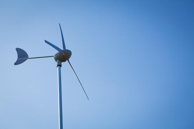 Turbina di vento sopra cielo blu