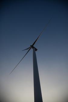 夕暮れ時のシルエットの風車。