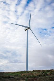 Поле ветротурбины на холме для возобновляемых источников энергии