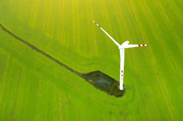 発電する風力タービン、グリーンフィールドを背景にした風車、代替エネルギー源、ドローンからの眺め