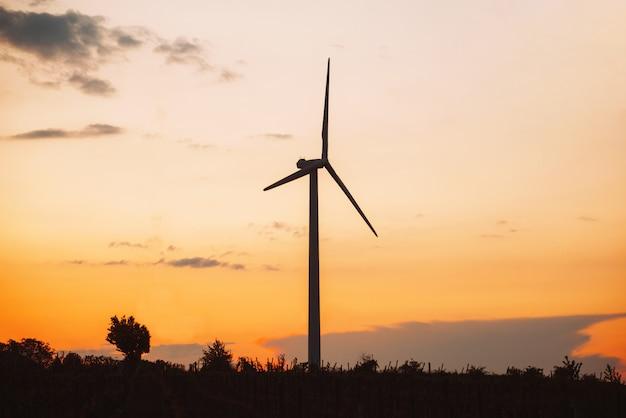 Ветровая турбина, вырабатывающая зеленую энергию во время заката