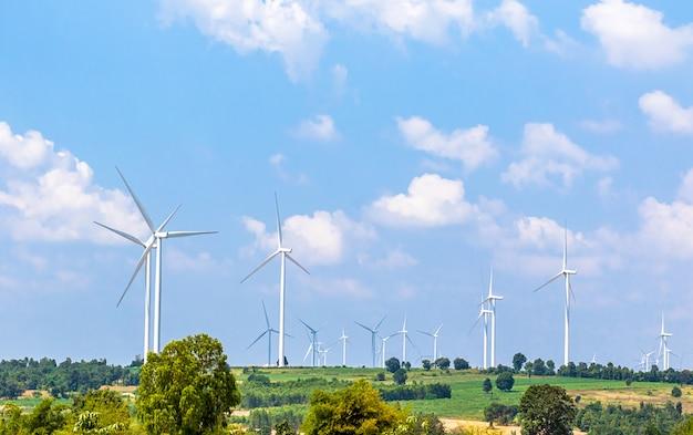 風力タービン発電機が丘の上に並んでいます