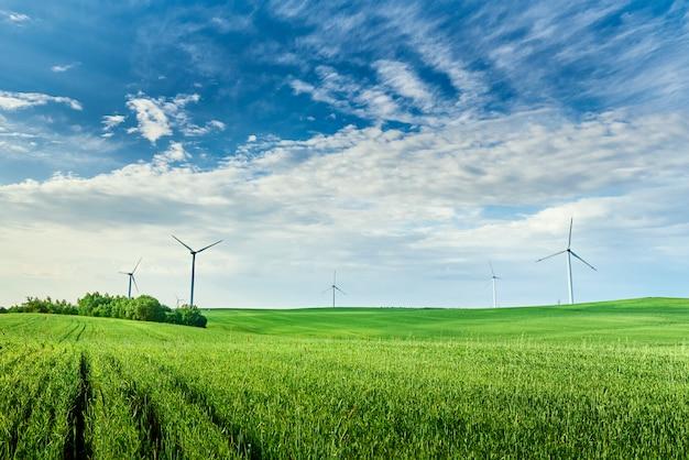 Ветряная турбина в зеленом поле