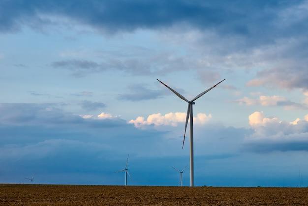 필드에 풍력 터빈입니다. 흐린 하늘을 풍차가 있는 풍경. 녹색 생태 에너지