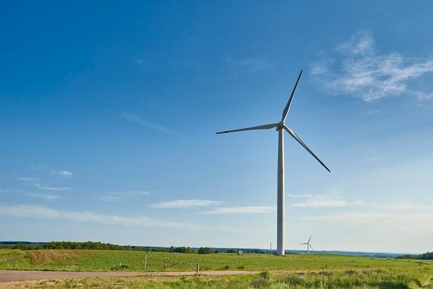 フィールドの風力タービン。風力エネルギーの概念。気候保護のための再生可能エネルギー