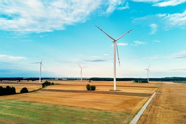 Ветряк в поле. концепция энергии ветра