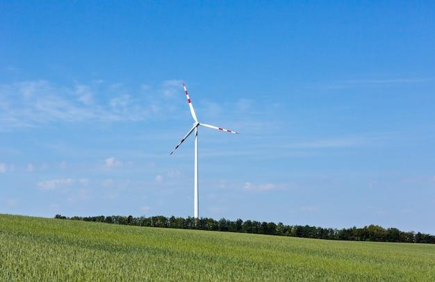 푸른 하늘에 풍력 터빈