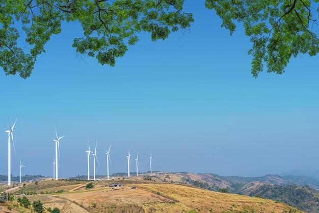 푸른 하늘 자연 산에 풍력 터빈.