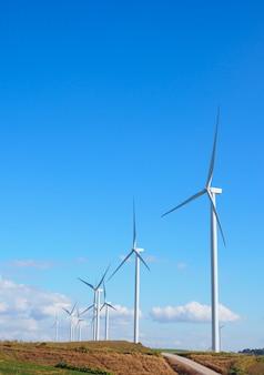 Ветровая турбина возобновляемых источников энергии летний пейзаж с голубым небом в природных ландшафтов