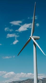 푸른 하늘이 있는 풍력 터빈