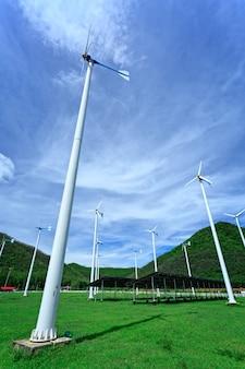 風力タービンと青い空