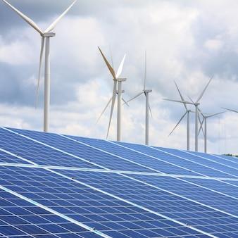 구름과 하늘이있는 풍력 터빈과 태양 전지판, 재생 가능 에너지