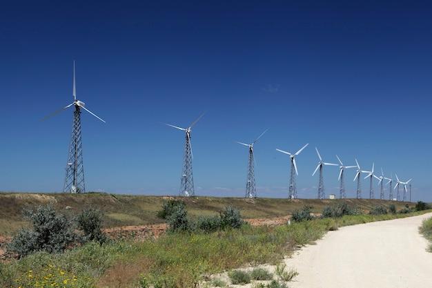 Ветровые турбины расположены вдоль дороги альтернативная энергия