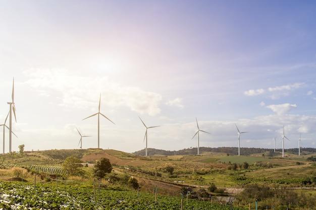 Ветровая турбина на горе маунтанис на фоне голубого неба с облаками, ветряные мельницы для концепции экологии электроэнергии