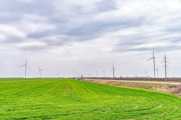 그린 필드에서 전기를 생성하는 풍력 터빈