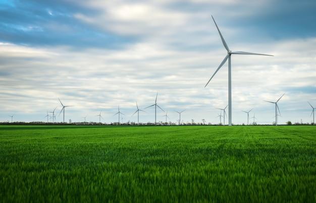 푸른 하늘과 함께 전기를 생성하는 풍력 터빈 - 에너지 절약 개념
