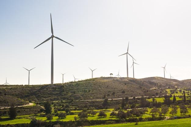 푸른 하늘-에너지 절약 개념으로 전기를 생성하는 풍력 터빈.