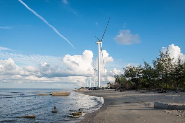 태국 나콘시탐마랏 해안의 풍력발전기