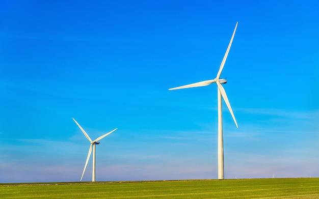 フランスのマルヌ県のフィールドにおける風力タービン