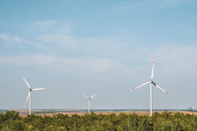건조한 풍경의 풍력 터빈은 전기를 생성하는 대체 방법입니다.
