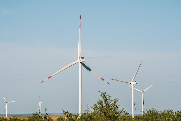 乾燥した風景の中の風力タービンは、発電の代替方法です