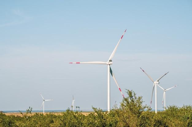 乾燥した風景の中の風力タービンは、発電の代替方法