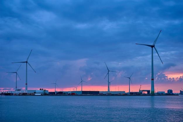 Ветряные турбины в порту антверпена вечером