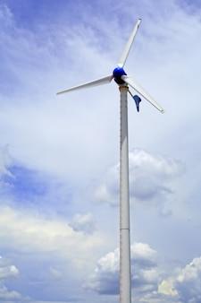 農場と青空の風力タービン