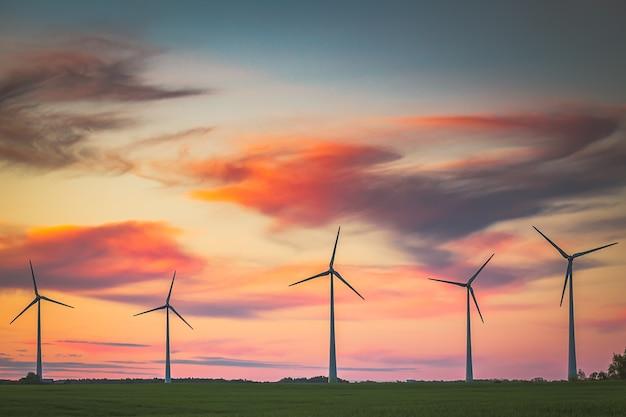 夕方の明るい空の風力タービン