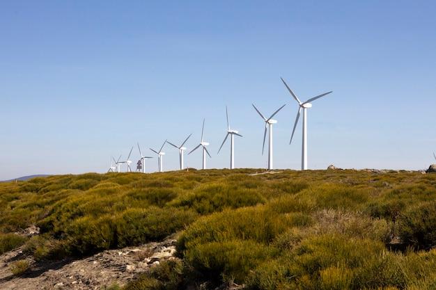 Ветряные турбины на горном водоразделе, производящие электричество за счет силы ветра