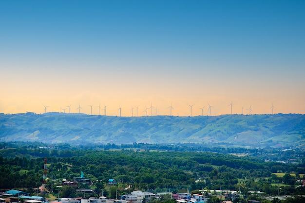 아름 다운 화창한 여름가 산 landsape에 풍력 터빈